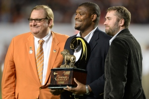 Duke offensive guard Laken Tomlinson (center) accepts the Orange Bowl-FWAA Courage Award from Matt Morrall of the Orange Bowl and FWAA member David Hale of ESPN.com.