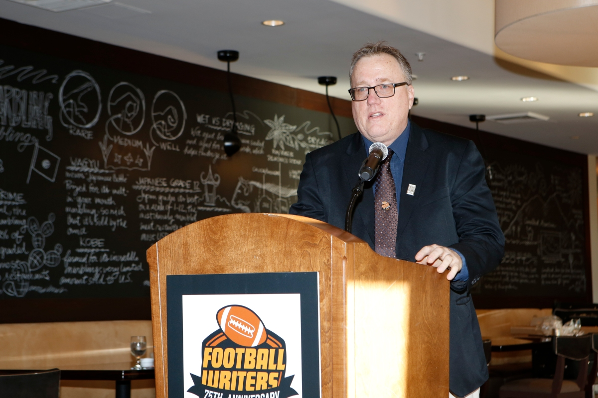 Chris Dufresne, who recently retired from The Los Angeles Times, speaks to FWAA members after being honored as the 2015 FWAA Beat Writer of the Year. Dufresne served as president of the FWAA in 2013. Photo by Melissa Macatee.