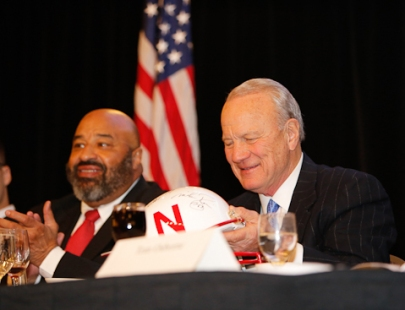 Greg Roberts, the Outland Trophy winner in 1978, sat next to former Oklahoma coach Barry Switzer at the Outland Trophy Presentation Banquet on Jan. 11, 2017, in Omaha. Roberts received his Outland Trophy at the banquet. Photo by C41 Photography.