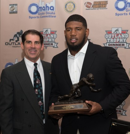 Bob Mancuso of the Greater Omaha Sports Committee with 2017 Outland Trophy winner Ed Oliver of the University of Houston. C41Photography.
